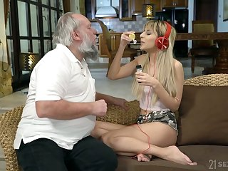 Ardent blonde cowgirl Sarah Cute rides still undaunted grey cock on top