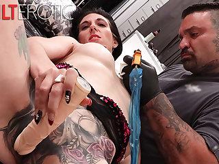 Mr Big Marie Bossette masturbates while obtaining a tap-tap