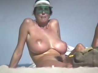woman give flimsy pussy beach hd