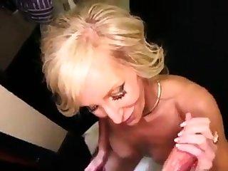 Reife Blondine verwohnt einen Schwanz