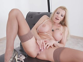 Luring blonde whittle Lara De Santis pleasures her cravings